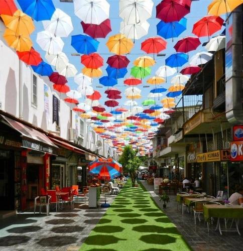 Antalya'da bir sokak