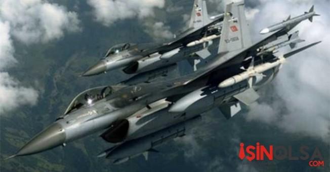 Ses duvarını aşan savaş uçağı heyecan yaşattı!