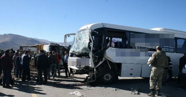 Havalimanına yolcu taşıyan otobüs, kum taşıyan komyonla çarpıştı 24 kişi...