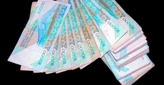İran Paradan 4 Sıfır Atıp,Dinara Geçmek İstiyor