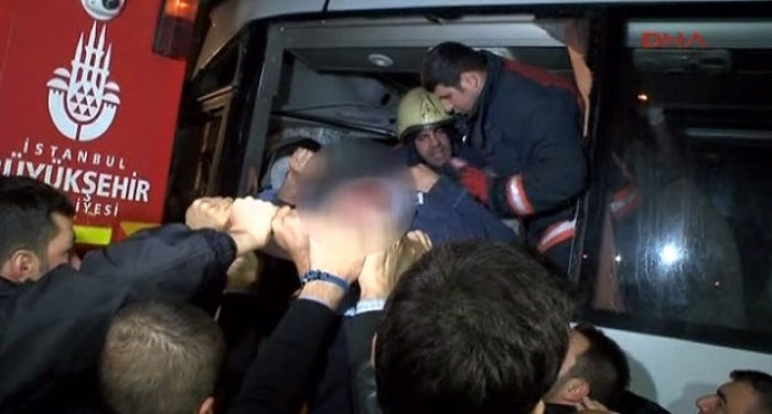 İstanbul'da Feci Kaza! Otobüs Tır'a Arkadan Çarptı