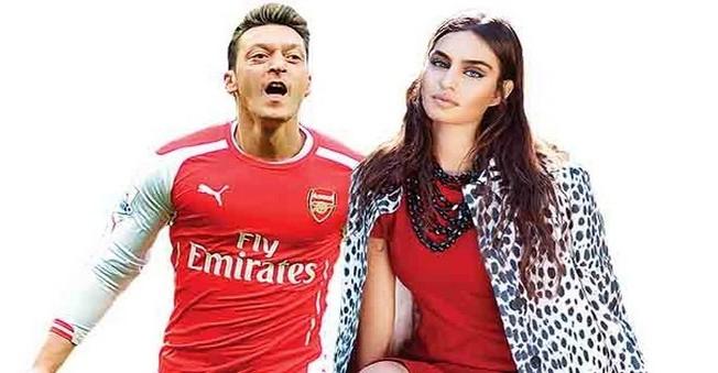 Mesut Özil ile Amine Gülşe, bir restoran çıkışı yan yana görüntülendi.