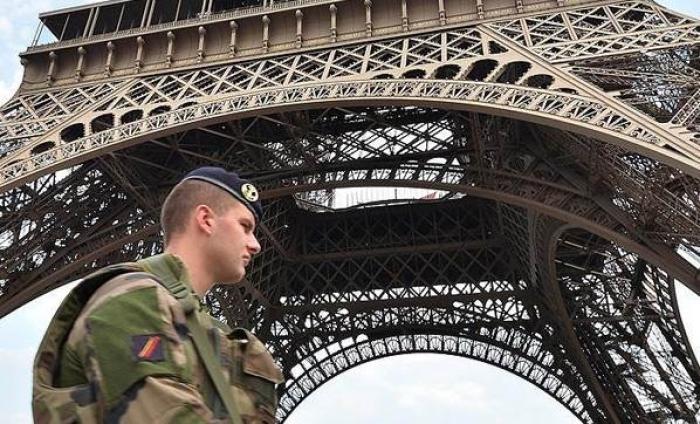 Paris'te Eyfel Kulesi Karartıldı
