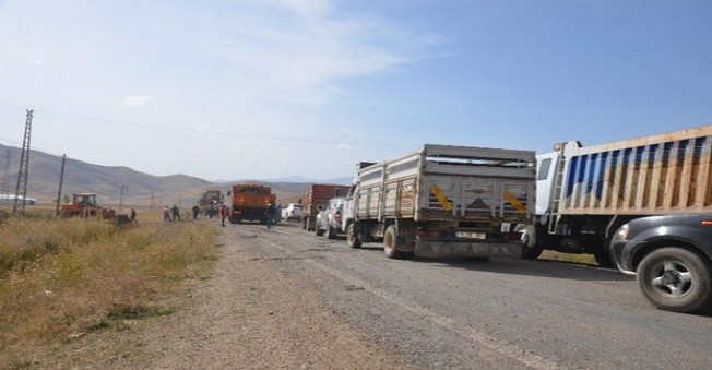 PKK,Hakkari'de Askeri Aracın Geçişi Sırasında Yola  Döşenen  Bombayı İnfilak Ettirdi