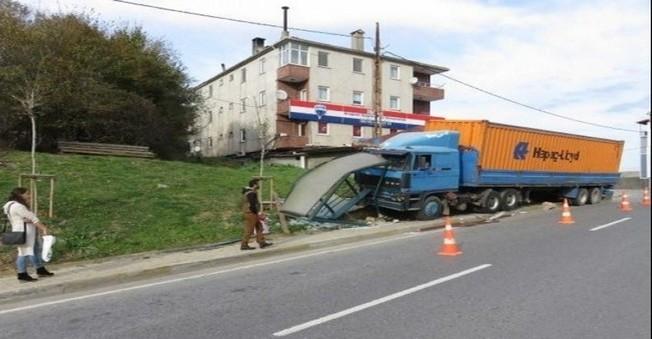 TIR  İETT otobüs durağına  daldı