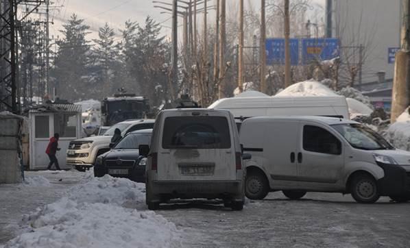 Yüksekova'da askeri araç konvoyunun geçişinde olay çıktı